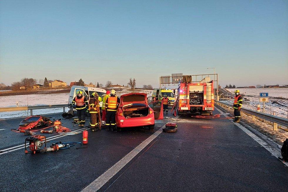 Hasiči a zdravotníci zasahovali v pondělí 22. února ráno na Novojičínsku u dvou vážných dopravních nehod.
