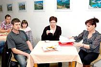 Šárka Sochorková (vpravo) zastupuje osadní výbor.
