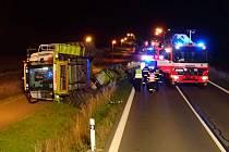 V noci ze středy na čtvrtek zasahovali hasiči na silnici I/57 z Nového Jičína ve směru na Valašské Meziříčí u dopravní nehody kombajnu, který se převrátil na bok do silniční příkopy.