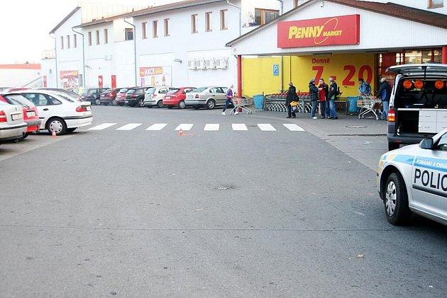 STÁLE se hledá řidič vozidla, který srazil důchodkyni v Příboře u Penny marketu.