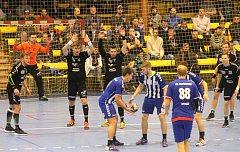 Kopřivničtí házenkáři (v modrobílém) vypadli ve čtvrtfinále play-off s Lovosicemi 1:3 na zápasy.