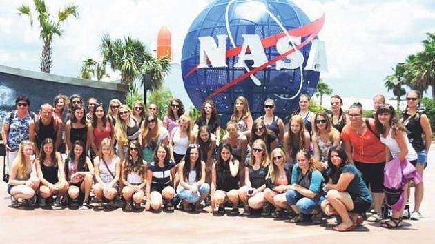 Členové Ondrášku před Kenedyho vesmírným střediskem na Floridě.