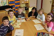 Třídní učitelka Jitka Žáková při psaní pohádky se svými žáky.