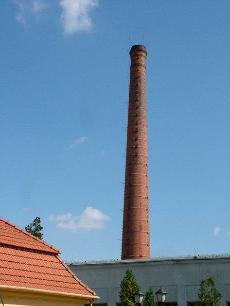 Komín v bývalém areálu Peschlovy továrny má nejistý osud.
