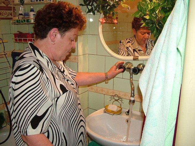 Voda z kohoutku v bytech na Bařinách teče i několikrát do měsíce rezavá. V tom lepším případě je i čirá.