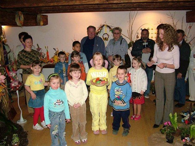 Velikonoční atmosféru výstavy v Libhošti dokreslilo vystoupení dětí místní mateřské a základní školy pod vedením učitelky Radky Žabkové.