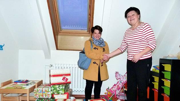 Koordinátorka lesní školky v Trojanovicích p. Iveta Machulová předává krabice s dárky vedoucí odboru sociálních služeb MěÚ Frenštát pod Radhoštěm Anně Hrachovcové.