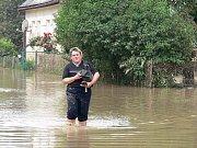 Velká voda pomalu opadává a lidé začínají uklízet a organizovat.