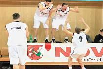 Luděk Jurečka (vpravo) si naposledy užil basketbal v Novém Jičíně v únoru roku 2013, kdy se konala exhibice novojičínských mistrů ze sezony 1998/1999 a dalších bývalých hráčů Nového Jičína.