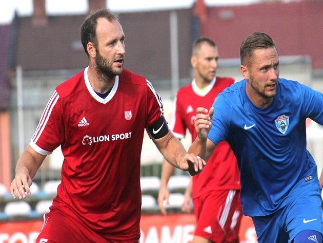 Novojičínský stoper Ondřej Malina (vlevo) v pohárovém utkání s Vítkovicemi.