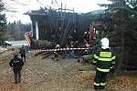 V pondělí 3. března v poledne již spáleniště u Libušína na Pustevnách prohledávali experti, kteří se snažili zjistit příčinu požáru.