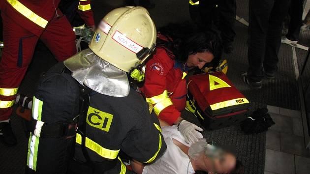 Hasiči měli velké cvičení. Několik hasičských jednotek, policisté i záchranáři se sjeli k fiktivnímu požáru polikliniky v Kopřivnici.