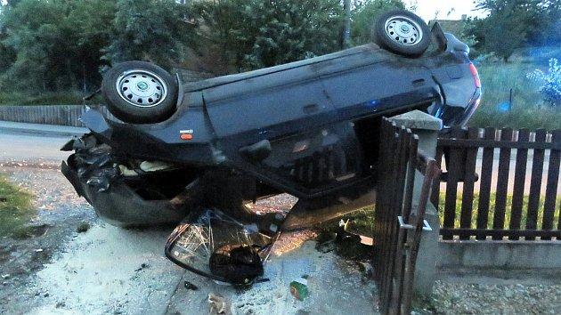 Tak skončil vůz opilého řidiče v Kopřivnici.