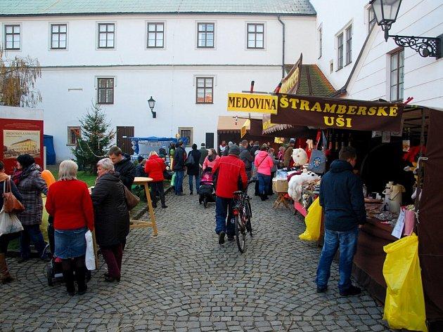 Advent v Novém Jičíně odstartoval Mikulášským jarmarkem na nádvoří Žerotínského zámku.