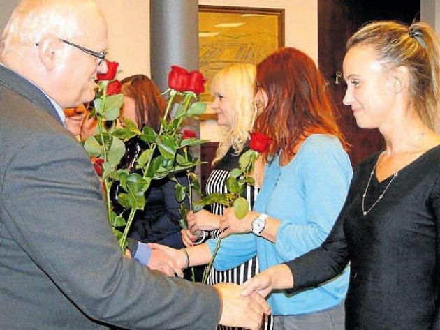 Místostarosta Pavel Rozbroj děkuje dárcům krve.