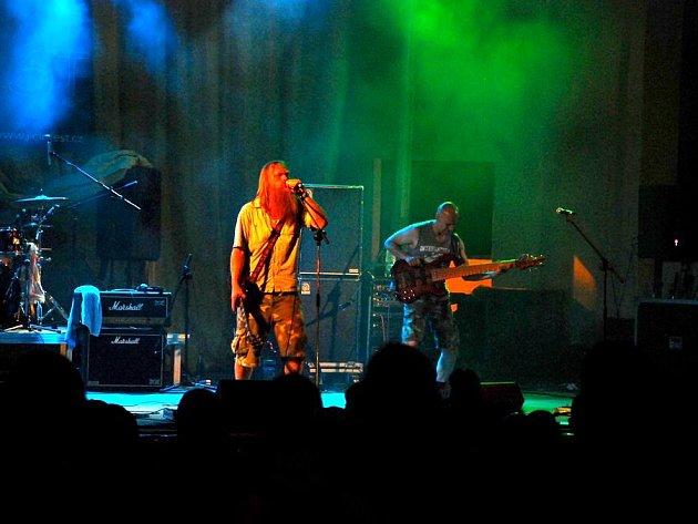 Na Skalky dorazili v sobotu večer ve značném počtu fanoušci hudby všech generací a bavili se nejen při vystoupení hosta večera – kapely Krucipüsk.