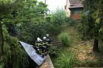 Silný vítr páchal v neděli škody například v Kujavách, kde odnesl střechu rodinného domu. Ta skončila až v nedalekém potoku.
