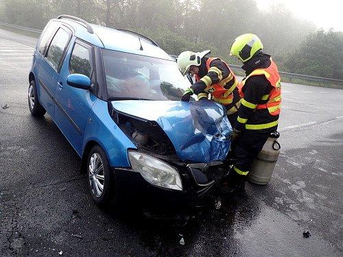 Zásah hasičů u nehody ve Studénce.