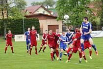 Fotbalisté Nového Jičína (na archivním snímku v červeném) hráli na úvod divize F s Bílovcem bez branek.