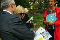 Publikaci představující všechny obce a města Novojičínska pořtili v zahradě MěKC ve Fulneku.