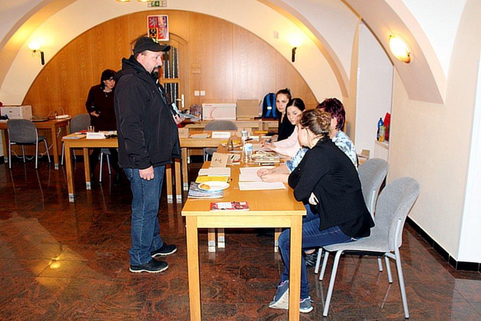 Ve Fulneku ve volební místnosti v městském kulturním centru mělo hodinu před koncem prvního odvoleno 47 procent oprávněných voličů.