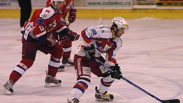 Odchovanec kopřivnického hokeje Adam Lukačovič čeká, až mu v pražské Spartě skončí smlouva a bude moct odejít.