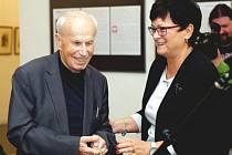 Petr Helbich přijímá ocenění z rukou starostky Frenštátu pod Radhoštěm Zdeňky Leščišinové.