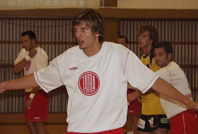 Exkarvinský Miroslav Rachač oblékl dres Kopřivnice již na domácím turnaji O pohár Tatry. O víkendu pak hájil kopřivnické barvy na turnaji v rakouském Linzi.