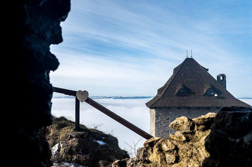 Lidé využili pěkného počasí k návštěvě zříceniny hradu Starý Jičín. 20. února 2021.