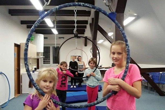 Dvacetiletá Lucie Krysová ze Štramberka našla svůj koníček úplnou náhodou, když se rekonstruovaly prostory, kde původně tančila. Už tři a půl roku se věnuje tanci na kruhu, kterému se říká Aerial hoop.