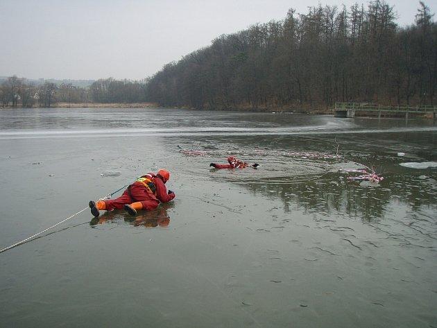 Zimní výcvik profesionálních hasičů z Bílovce.