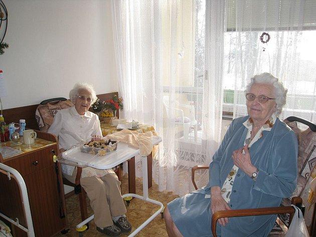 Vlasta Urbánková (vlevo) trávila poslední den roku ve společnosti své spolubydlící, o patnáct let mladší Marie Kelnerové.