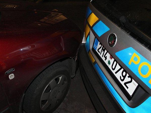 Muž přijel vsobotu 18.května večer oznámit na policejní oddělení vKopřivnici podezření zprotiprávního jednání. Vozidlo, kterým přijel, však dostatečně nezajistil, když zněj vystoupil, naboural zaparkované policejní vozidlo.