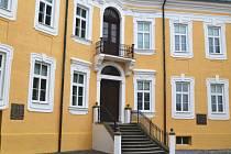 Kromě nového nádvoří se zámek v Bílovci může pyšnit také novou fasádou, prosinec 2015.