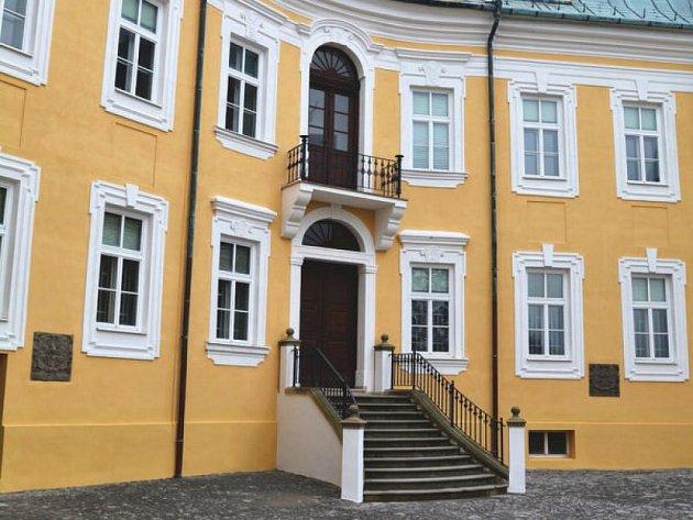 Kromě nového nádvoří se zámek v Bílovci může pyšnit také novou fasádou. Příští rok budou práce na zámku pokračovat.