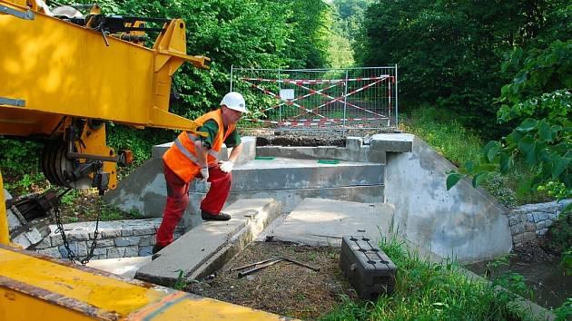 Dva několikatunové mosty se vrátily na stavbu budoucí cyklostezky. Prošly kompletní opravou a doplnily dalších pět přemostění na téměř desetikilometrové trase z Nového Jičína do Hostašovic.