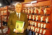 Ladislav Raffai stojí u vystavených trofejí ve výstavním sále novojičínského zámku.