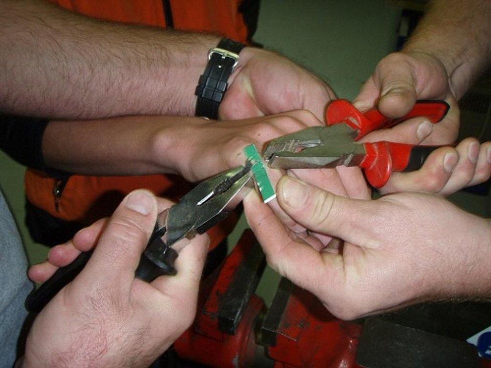 Třináctiletému chlapci museli hasiči prsten na malíčku rozřezat.