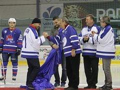 POCTA KLUBOVÉ LEGENDĚ! Vedení novojičínského hokejové klubu ocenilo Jaroslava Bartoně  (v modrém) slavnostním vyvěšením dresu s jeho jmenovkou.