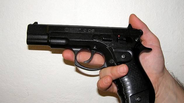 Důvodnou obavu o svůj život a zdraví vyvolal podezřelý 41letý muž u obyvatel bytu v Novém Jičíně.  S pistolí v ruce se dožadoval vstupu do jednoho z bytů.