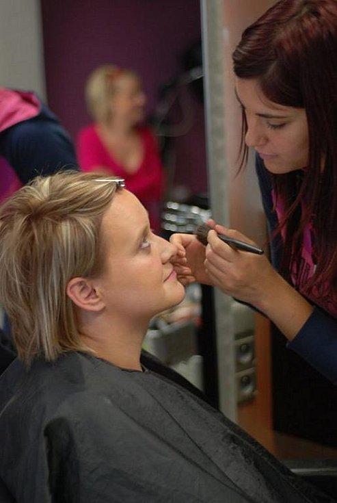 Líčení dodalo celému obličeji výrazu a odstínem korespondovalo s barvou vlasů.