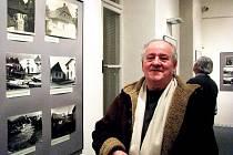 Vratislav Štěrba sbírá pohlednice starého Frenštátu a okolí. Nemohl si proto nechat ujít nedávnou vernisáž výstavy fotografií mapujících proměny města pod Radhoštěm.
