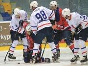 Hokejisté Nového Jičína (v bílém) a Kopřivnice nebyli daleko od vzájemné série v předkole play-off.