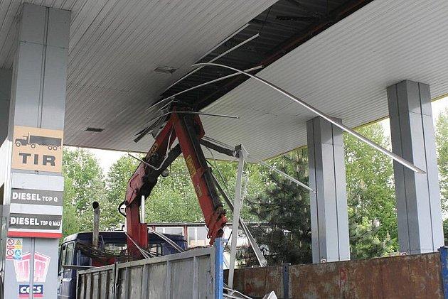 Řidič liazky zapomněl stáhnout hydraulické rameno a poničil střechu čerpací stanice, a traktorista vezl balíky slámy, kterými zničil dřevěný sloup elektrického vedení.