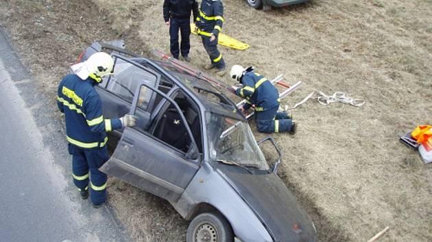 Hasiči vyprošťovali muže z auta ve Fulneku.