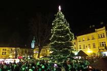 Několik stovek lidí přišlo v pátek 27. listopadu odpoledne na náměstí Míru ve Frenštátě pod Radhoštěm, aby byli u toho, až se letos poprvé rozsvítí vánoční strom.