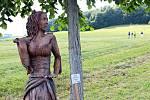 Marianna Jánošíková Machalová vystavovala nedávno některá svá díla v Hodslavicích na výstavě Sochy u lesa. našla si i čas na povyprávění s místní starostkou Pavlou Adamcovou.