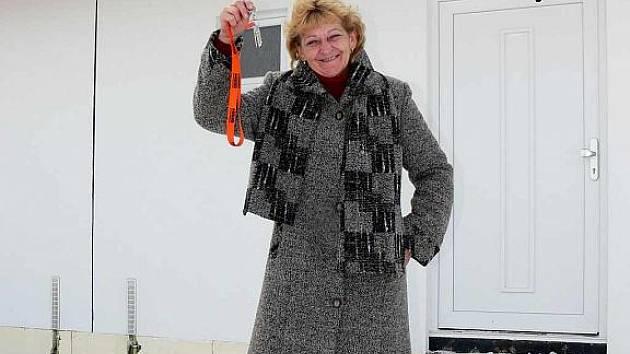 Milena Juříčková s klíči od nového bydlení.
