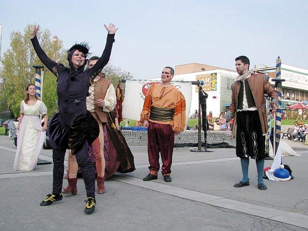 ANI NA LETOŠNÍ Kopřivě nebudou chybět představení, která se odehrají před kopřivnickým kulturním domem.
