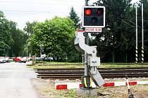 """Řidič nákladního vozidla Liaz nenaboural ani do jiného vozidla ani do stromu, nesjel ze silnice ani nesrazil chodce. """"Pouze"""" přejel železniční přejezd v době, kdy nad ním blikala červená světla a závory se začaly nenápadně sunout dolů."""
